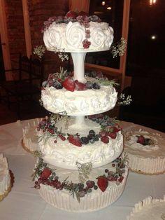 weddingcake pan di spagna alla crema pasticcera, panna, rose di meringhe e frutti di bosco brinati