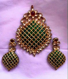 Latest Collection of best Indian Jewellery Designs. Antique Jewellery Designs, Gold Jewellery Design, Gold Jewelry, Jewelry Shop, Indian Wedding Jewelry, Indian Jewelry, Bridal Jewelry, Antique Earrings, Jewelry Patterns