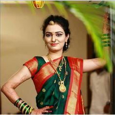 प्रतिमेत याचा समावेश असू श्ाकतो: 1 व्यक्ती Marathi Saree, Marathi Bride, Marathi Nath, Beautiful Saree, Beautiful Indian Actress, Bridal Looks, Bridal Style, Silk Saree Kanchipuram, Silk Sarees
