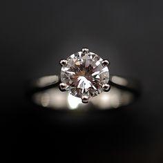 à vendre : 16400€ Solitaire en platine avec Diamant brillant de 1.37 Cts D-VVS2 .      en platine massif     serti 6 griffes      d'un Diamant naturel taille     brillant de 1.37 ct      Couleur : D ( Blanc exceptionnel +)      Pureté : VVS2 (Minuscules inclusions)      diamètre pierre 7.30 mm      poids : 5.20 gr      Taille 51      Prix neuf du diamant seul : 30 166 €      Livré avec certificat de laboratoire  LFG Paris  mise à la taille offerte  Vendu avec Facture