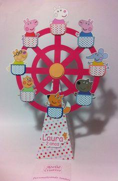 Linda roda gigante no tema Peppa Pig, confeccionado em papel scrapbook. Pode ser usado como enfeite, decoração ou lembrança para seus convidados. <br>Preparamos em todas as cores e temas. <br>O cone possui base quadrada de 8cm e altura de 19cm. <br>Sua altura total é de 31cm.