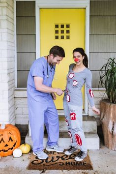 These DIY couples Halloween costumes are so fun (and funny! You'll love rifling through these easy homemade costume ideas for couples, from tropical drinks to movie characters and more. Hallowen Costume, Last Minute Halloween Costumes, Halloween Outfits, Last Minute Costume Ideas, Original Halloween Costumes, Meme Costume, 90s Costume, Cowgirl Costume, Best Couples Costumes