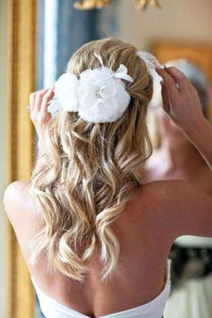 22 Gorgeous Wedding Hairstyles We adore - MODwedding Curly Bridal Hair, Simple Bridal Hairstyle, Best Wedding Hairstyles, Pretty Hairstyles, Bridal Hairstyles, Bridesmaid Hairstyles, Wedding Hair Inspiration, Wedding Ideas, Wedding Stuff