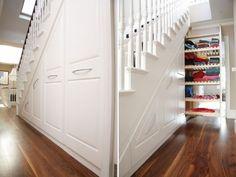 Des rangements pratiques sous l'escalier
