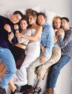 The cast of Friends - Matt LeBlanc, Courtney Cox, Jennifer Aniston, Matthew Perry, Lisa Kudrow & David Schwimmer Friends Tv Show, Tv: Friends, Serie Friends, Friends Cast, Friends Episodes, Friends Moments, Friends Forever, Find Friends, Funny Moments