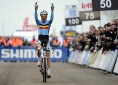 Niels Albert wordt voor de tweede maal wereldkampioen in Koksijde voor Rob Peeters en Kevin Pauwels.