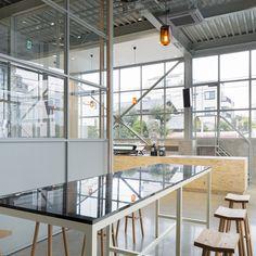 ブルーボトルコーヒー「清澄白河ロースタリー&カフェ」の店内はいたってシンプル。コーヒーのおいしさだけを追求する姿勢がよく現れている。