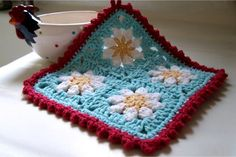 Beautiful colours in this Daisy Dishcloth by Crochet Again. It is based on pattern by Bunny Mummy (http://bunnymummy-jacquie.blogspot.com/2012/05/daisy-granny-square-pattern.html)