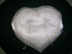 cuscinetto portafedi a forma di cuore con pizzo in tombolo aquilano (pura seta: tessuto e filo)
