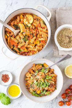"""Heute gibt's schnelle und leckere """"Ich-schmeiß-alles-in-einen-Topf""""-Pasta von Lynn Hoefer. - Ohhh... Mhhh... Fusilli, One Pot Pasta, Sweet And Salty, Mellow Yellow, Gnocchi, Paella, Fried Rice, Vegetarian Recipes, Clean Eating"""