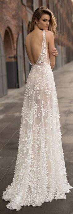 Aplicaciones y una silueta perfecta para una novia delicada y sensual. De Berta Bridal 2018 #vestidos #novia