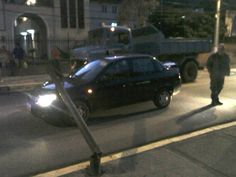 Poste cai e atinge carro em rua movimentada de Nova Friburgo, RJ