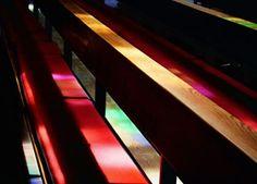 Farbenreiche Licht- und Schattenspiele durch bunte Kirchenfenster