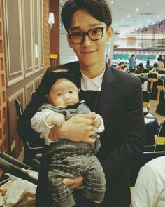 HE LOOKS SO CUTE WITH THE BABY I CANT RIGHT NOW OMFG SOMEOME HELP ME