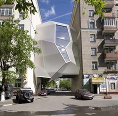 Parasitas são organismos que prejudicam outros organismos em prol de sua existência. Daí o nome dessa curiosa construção, o escritório parasita, alocado entre dois prédios, em Moscou. Incrível, não?