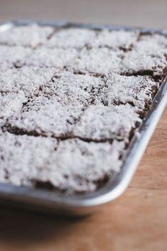 Raw Kärleksmums Raw Dessert Recipes, Raw Vegan Recipes, Sweets Recipes, Desert Recipes, Clean Recipes, Delicious Desserts, Snack Recipes, Vegan Sweets, Healthy Sweets