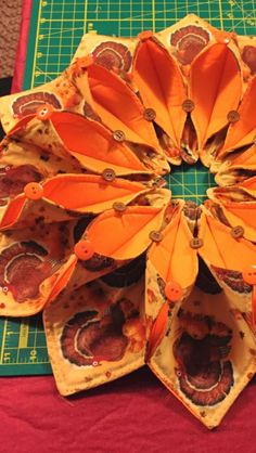 Table Runner And Placemats, Table Runner Pattern, Quilted Table Runners, Autumn Crafts, Holiday Crafts, Quilting Projects, Sewing Projects, Fabric Origami, Fabric Wreath