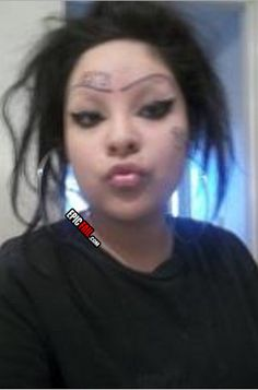 What the shit are those patches? Is she a zombie or some,thing? Crazy Eyebrows, How To Draw Eyebrows, Funny Eyebrows, Bad Makeup, Eyebrow Makeup, Makeup Tips, Eyebrow Fails, Eyebrow Trends, Makeup Gone Wrong