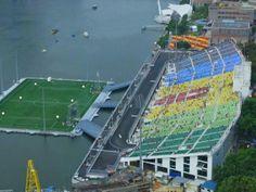 Il primo stadio galleggiante al mondo: 30.000 persone che si godono lo spettacolo a pochi metri dall' acqua! http://momentoingegneria.wordpress.com/2014/02/13/singapore-uno-stadio-che-galleggia/