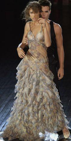 Alexander McQueen Ready To Wear Spring 2004 Sarah Burton, Philip Treacy, Runway Fashion, High Fashion, Paris Fashion, Women's Fashion, Alexander Macqueen, Fashion Designer, Sculptural Fashion