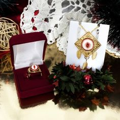 ЗОЛОТОЙ КОМПЛЕКТ УКРАШЕНИЙ С ГЛАЗАМИ НОВОГОДНИЙ ЖЕНСКИЙ ПОДАРОК Эксклюзивные Новогодние подарки для женщин, золотая бижутерия кулон и кольцо с глазом, талисманы удачи в интернет-магазине Джокер. Комплект красивых украшений с новогодней скидкой – это выгодно! Скидка действует до 30.12.16 Красивый и элегантный комплект украшений для женщины или девушки, оригинальный подарок под ёлку или в канун Новогоднего праздника, для вечернего наряда. Какому подарку обрадуется друг или подруга в любом…