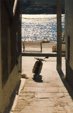 The minute isle of Kea, a small pathway leading to the sparkling water. Late afternoon, I wanted to hop on that moto and take off! Greece Islands, Crete, Vespa, Pathways, West Coast, Biker, Landscapes, Bench, Europe