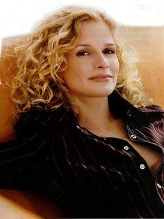 Kyra Sedgwick, curly