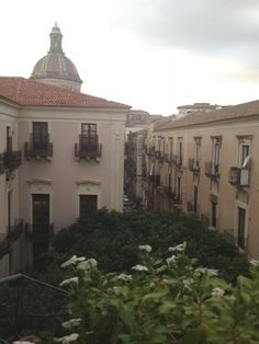 #Catania Via Montesano è uno dei siti della manifestazione #CENTROCONTEMPORANEO (sullo sfondo la cupola della chiesa dei Minoriti.)