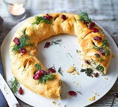 Vegan Christmas Wreath with spinach, pine nuts and tofu as a centrepiece for a meat-free Christmas Day. Adorn with festive cranberries and dill. Festive, vegan recipes to see you through the Christmas season. christmas food ideas for dinner Bbc Good Food Recipes, Cooking Recipes, Vegan Vegetarian, Vegetarian Recipes, Vegetarian Christmas Recipes, Vegan Menu, Vegan Food, Xmas Food, Holiday Recipes