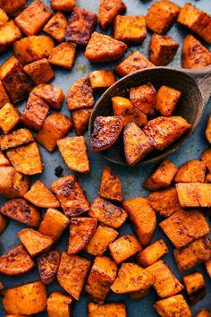 Delicious roasted sweet potatoes ready to eat Sweet Potato Oven, Oven Roasted Sweet Potatoes, Cooking Sweet Potatoes, Recipes With Sweet Potatoes, Sweet Potato Seasoning, Sweet Potato Side Dish, Oven Roasted Veggies, Best Baked Sweet Potato, Sweet Potato Cinnamon