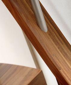 www.trabczynski.com  ST855 Łukowe schody dywanowe wykonane z orzecha amerykańskiego podwieszane na cięgnach ze stali szlachetnej. Balustrada obustronna ze stali szlachetnej z drewnianymi giętymi wstęgami. Realizacja wykonana w domu prywatnym , projekt – TRĄBCZYŃSKI / ST855 Zigzag stair made of American walnut suspended on cables of stainless steel. Balustrade of stainless steel with wooden bent ribbons. Private residential project, designed by TRABCZYNSKI