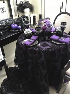 When you have plan for halloween table settings , you need to recall at all times about fun, traps and treats. Try not to be reluctant to put it all out there and you'll have a win each Halloween. Halloween Chic, Halloween Dinner, Halloween Themes, Halloween Weddings, Halloween Signs, Purple Halloween Decorations, Halloween Desserts, Halloween Halloween, Vintage Halloween