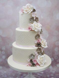 Bruidstaart met cascade van gumpaste en marsepeinen rozen en diverse bloesems. Taupe/ roze Weddingcake cascading blossems, roses and marzipan rozen.