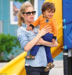 Best MOM/DAD of – Celebrity photos, celebrity gossip Doutzen Kroes, Celebrity Gossip, Celebrity Photos, Mommy And Me, Mom And Dad, Football Tops, Black Skinny Pants, Vogue Living, Jean Shirts