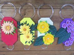 Flores de EVA: 80 modelos incríveis e vídeos passo a passo (DIY) Cup Art, Foam Crafts, Origami, Diy, How To Make Crafts, Handmade Crafts, Flower Decoration, Silk Flower Arrangements, Unicorn Centerpiece