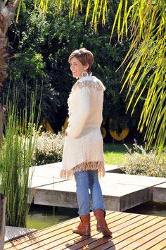 Tapado tejido a dos agujas con aplique de flecos, creado por Silvana gloria tejidos