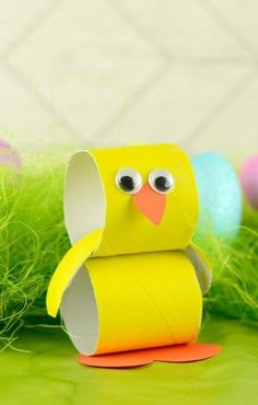 Paper Roll Chick - A super sweet crafty project to do with your kids during Easter holidays. basteln toilettenpapierrollen Paper Roll Chick - Easter Crafts for Kids - Easy Peasy and Fun Ladybug Crafts, Bunny Crafts, Easter Crafts For Kids, Diy For Kids, Easter Ideas, Easter Decor, Easter Centerpiece, Toilet Paper Roll Crafts, Crafty Projects