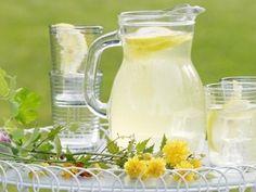 Lemoniada oraz inne napoje i soki, którymi można zaspokoić pragnienie w czasie upału, najczęściej kupujemy w sklepach. Zbyt słodkie, pełne konserwantów, wcale nie są najzdrowsze. Lepiej samodzielnie przygotować orzeźwiający napój. Drinks, Smoothie, Recipes, Ideas, Drinking, Beverages, Recipies, Drink, Smoothies