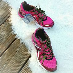 NIB ASICS GEL PRELEUS Running Athletic Sneakers NEW in box ASICS GEL PRELEUS in hot pink/white. Womens size 8 shoe. Open mesh upper with light synthetic overlays. Padded tongue and collar. Breathable fabric lining for a great step-in feel. Removable molded sockliner for underfoot comfort. Rearfoot Gel? cushioning system attenuates impacting shock and allows for a smooth transition to midstance. AHAR? (ASICS High Abrasion Rubber) is known for its supreme durability and is strategically placed…