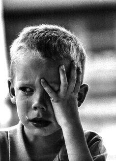 Травматичный опыт вызывает шквал трудных эмоций (страх, стыд, вина, гнев etc.), с которыми очень трудно совладать. Посредством бессознательных механизмов психологической защиты эти переживания вытесняются из сознания, становятся неосознанными и поэтому не имеющими возможности для выражения. Лишь в виде диффузной, иногда очень сильной тревоги и вспышек агрессии они регулярно напоминают о себе.