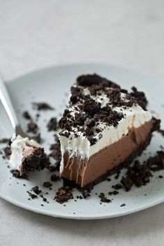 This no-bake mud pie has an Oreo cookie crust a layer of homemade chocolate pudding and a fluffy whipped cream topping It s cool creamy and totally irresistible Full recipe on Chocolate Silk Pie, Homemade Chocolate Pudding, Chocolate Cream, Chocolate Mud Pie Recipe, Mud Pie Recipe Oreo, Chocolate Tarts, Pudding Desserts, No Bake Desserts, Dessert Recipes