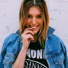 Look de Dani Thorne, irmã da atriz Bella Thorne, com jaqueta jeans e t-shirt de banda.