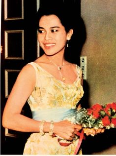 Family World, Queen Sirikit, King Queen, Colorful Fashion, Thailand, Camisole Top, Princess, Tank Tops, Jewels