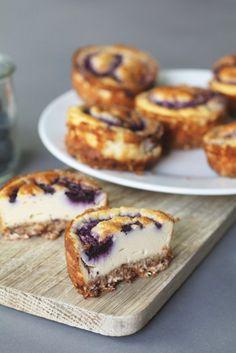 Mini blueberry cheesecakes Healthy cheesecake, Healthy desserts, Healthy snacks, Healthy birthday ca Healthy Cheesecake, Gluten Free Cheesecake, Blueberry Cheesecake, Cheesecake Recipes, Blueberry Desserts, Gourmet Recipes, Baking Recipes, Sweet Recipes, Dessert Recipes