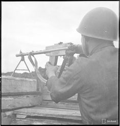 A Finnish soldier with a Lahti-Saloranta light machine gun.