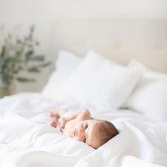 Den där blicken kommer få vem som helst att göra vad som helst ;) #nyfödd #nyföddfotografering