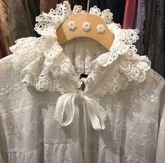 Girls Dresses, Flower Girl Dresses, Peter Pan, Knitting Patterns, Diy And Crafts, Ruffle Blouse, Neckline, Wedding Dresses, Crochet