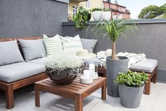 Det er fint å mikse forskjellige typer utepotter. Outdoor Rooms, Outdoor Sofa, Outdoor Furniture, Outdoor Decor, Potted Plants, Love Seat, Planter Pots, Home And Garden, Couch