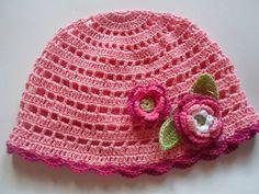 Lindo gorro feito em crochê com aplicações de flores. Um lindo acessório para sua menininha. Tamanho disponível de 3 a 6 anos... R$ 35,00