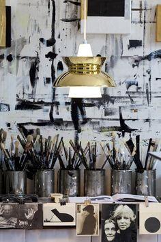 hobbykamer: groente blik als pennen- opbergbakje, industriele lamp boven de tafel